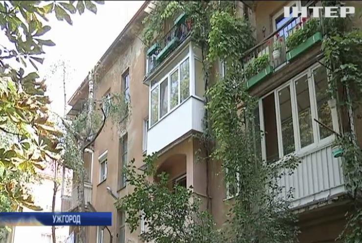 В Ужгороді мешканці багатоповерхівки другий місяць живуть без даху