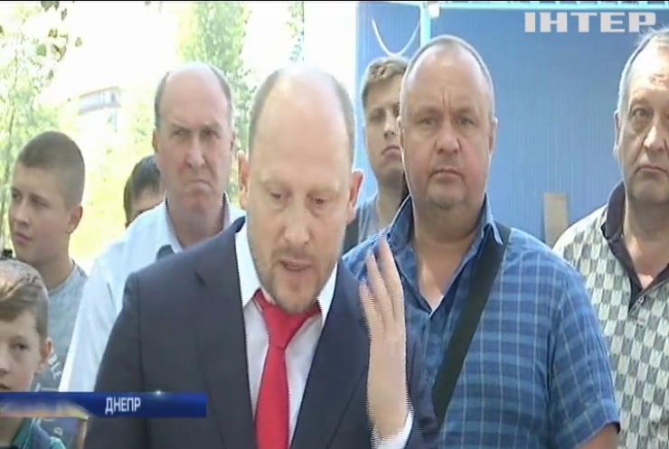 Жители Днепра передали министру юстиции доильный аппарат