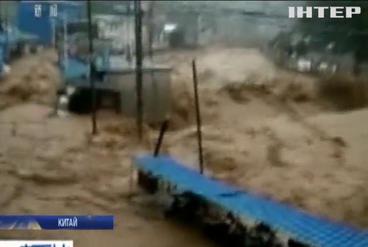 Наводнение в Китае: прорыв плотины сорвал тысячи авиарейсов (видео)