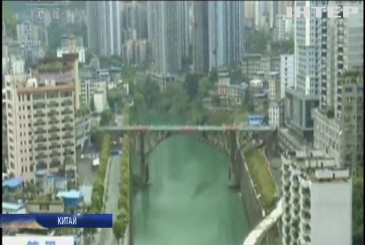 У Китаї показово зруйнували міст
