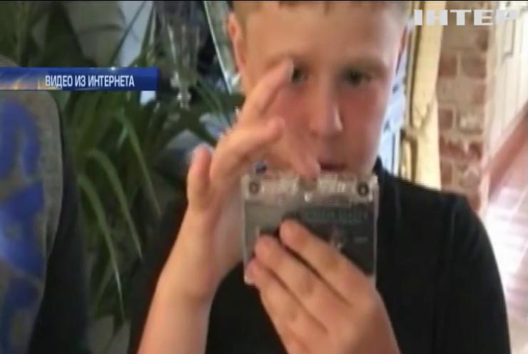 Британец предложил детям прослушать аудиокассеты (видео)