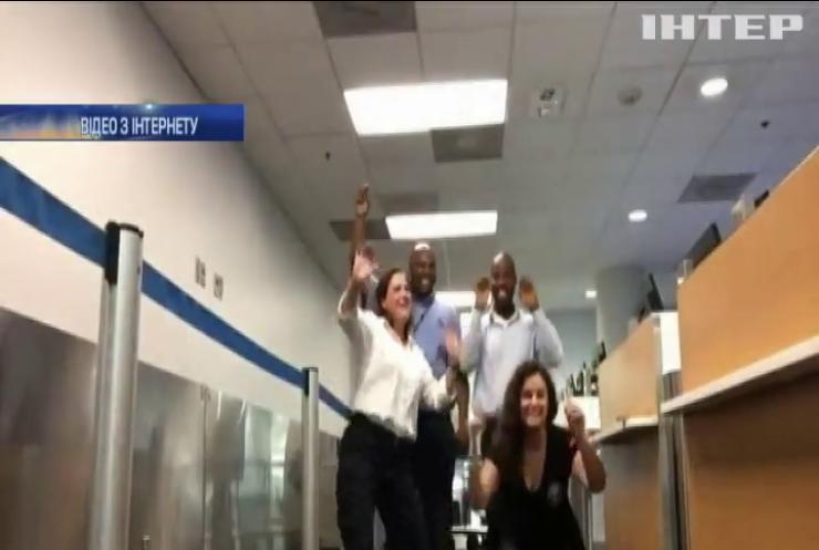 Дівчина застрягла в аеропорту і зняла кліп (відео)