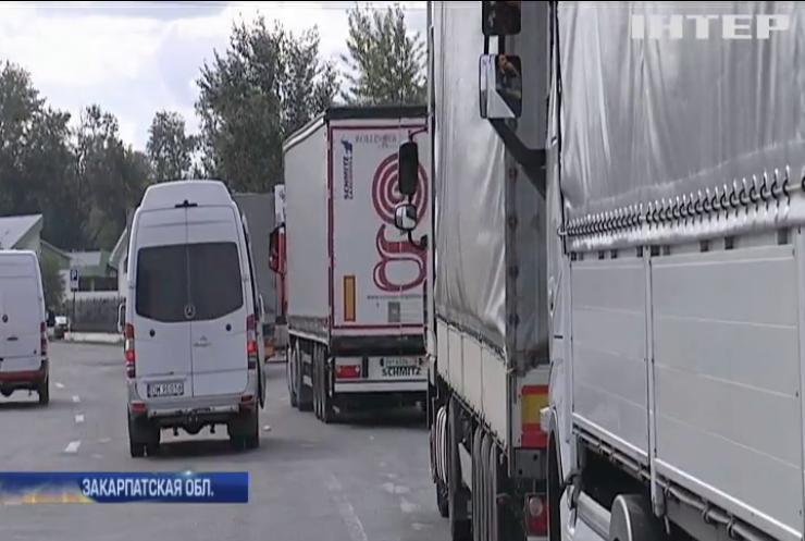 На границе с Венгрией и Словакией очереди из грузовиков