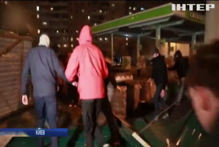 Титушки зарабатывают на погромах заправок в Киеве