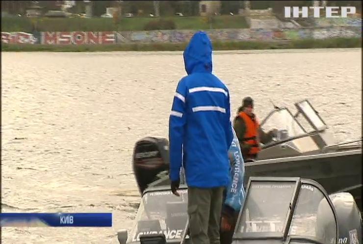 Рибний день у Києві: в Дніпро випустили тисячі мальків риби