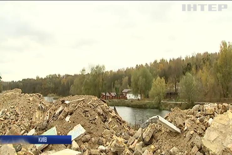 У Києві будівельники перетворили набережну на сміттєзвалище
