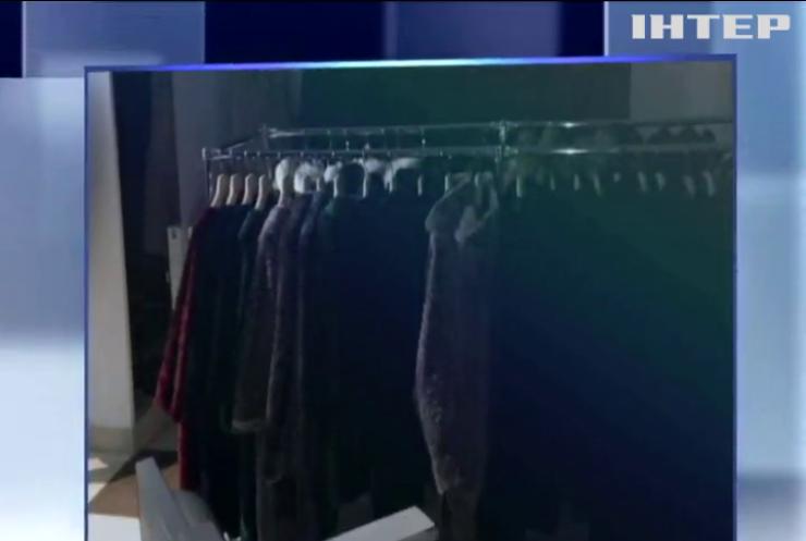 С голливудской скоростью: в Мукачево воры за минуту ограбили магазин с шубами