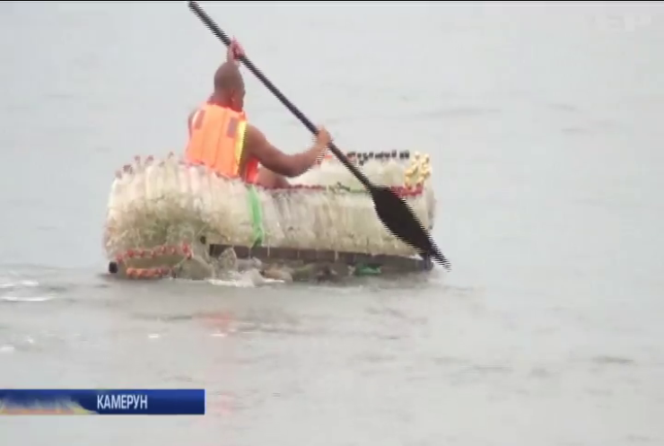 Житель Камеруну виготовляє човни із пластикових пляшок (відео)
