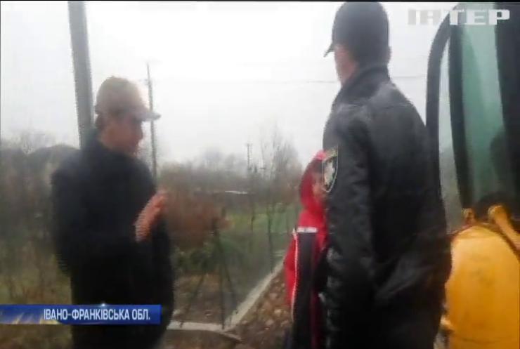 На Прикарпатті заблокували будівництво футбольного поля (відео)