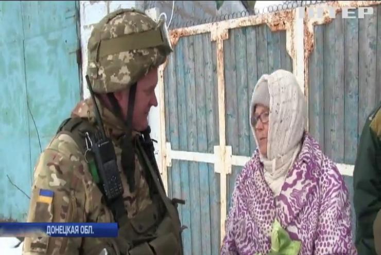 В освобожденные поселки военные привезли гуманитарную помощь