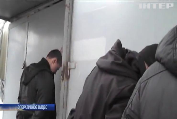 В Николаеве молодчики со стрельбой и взрывами захватили рынок