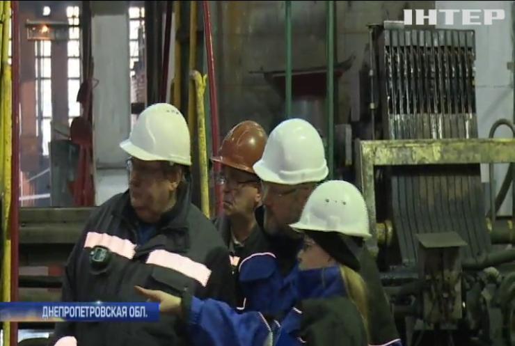 Голосуют ногами: с Днепровского металлургического комбината массово увольняются рабочие