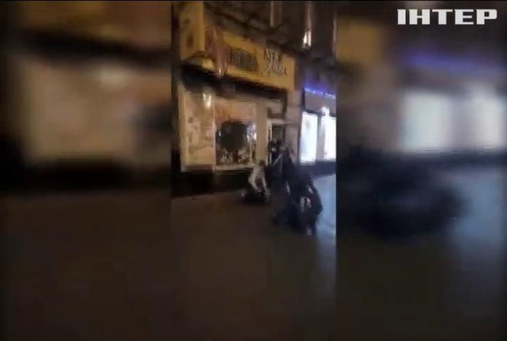 Кулак на десерт: в Киеве сотрудники пиццерии избили посетителей (видео)