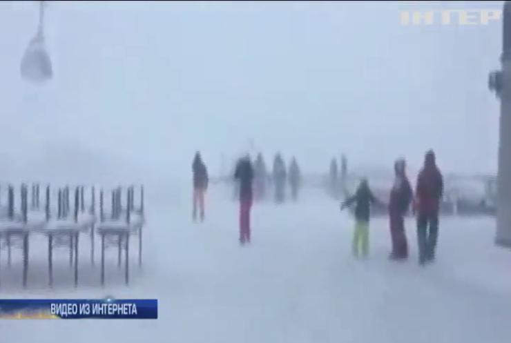 В снежной ловушке: тысячи туристов не могут покинуть Альпы
