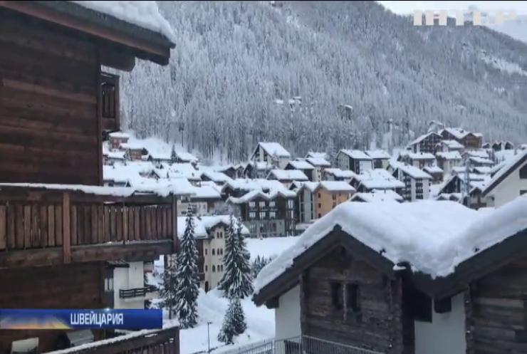 Курорт Швейцарии отрезало от мира снегопадами (видео)