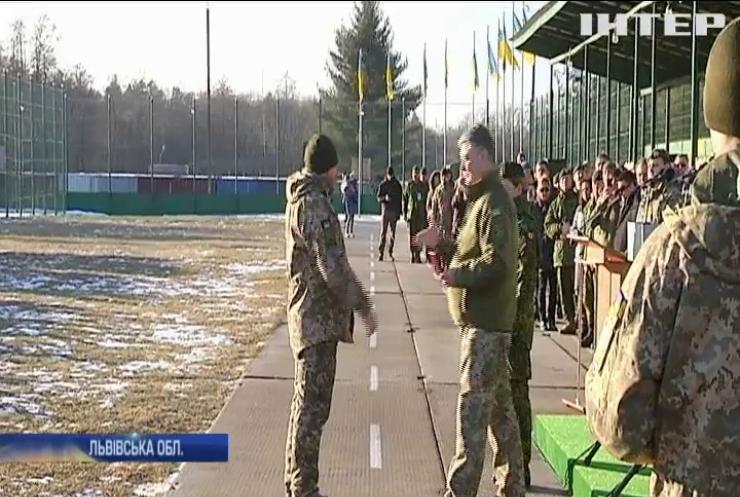 Канадські інструктори продовжать тренувати українських військових - Порошенко