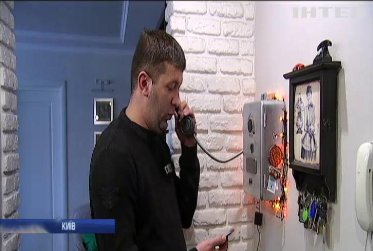 Київський ентузіаст зібрав колекцію раритетних телефонів