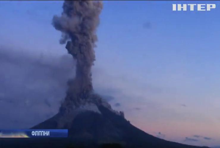 На Філіппінах силоміць евакуюють людей від виверження вулкану