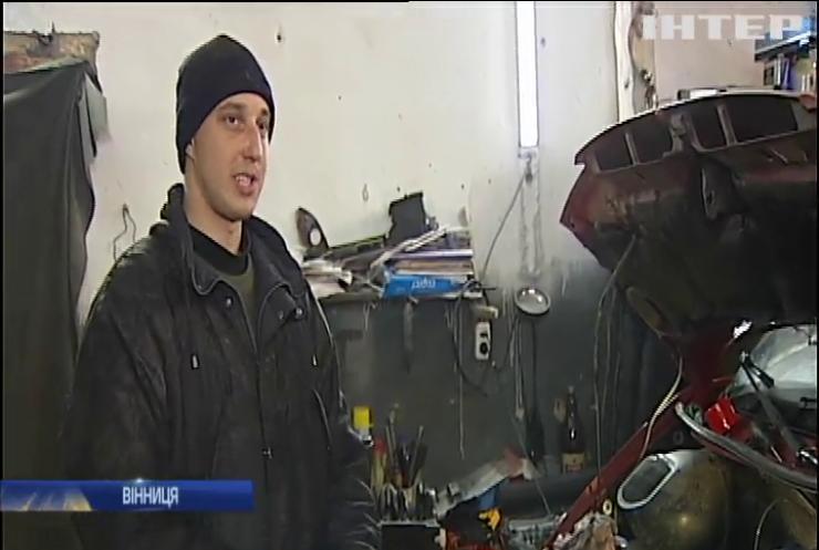 У Вінниці незрячий волонтер ремонтує техніку для бійців АТО