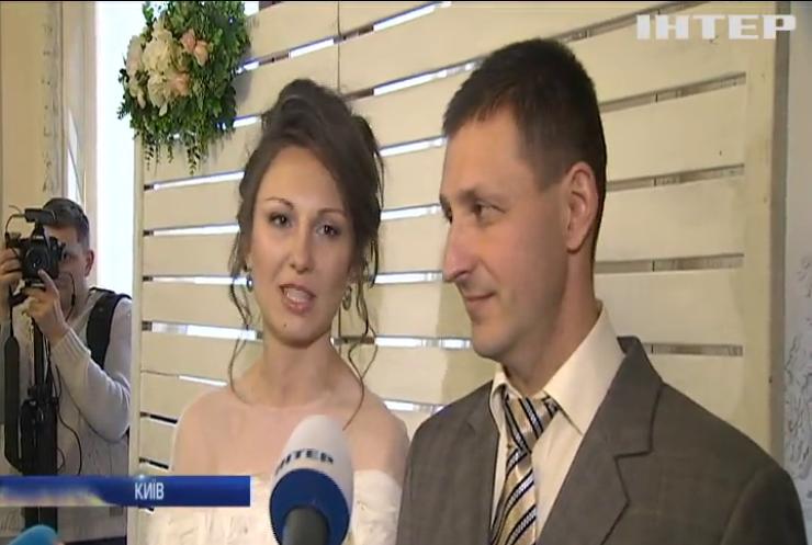 В Києві після 2 років полону одружився військовий