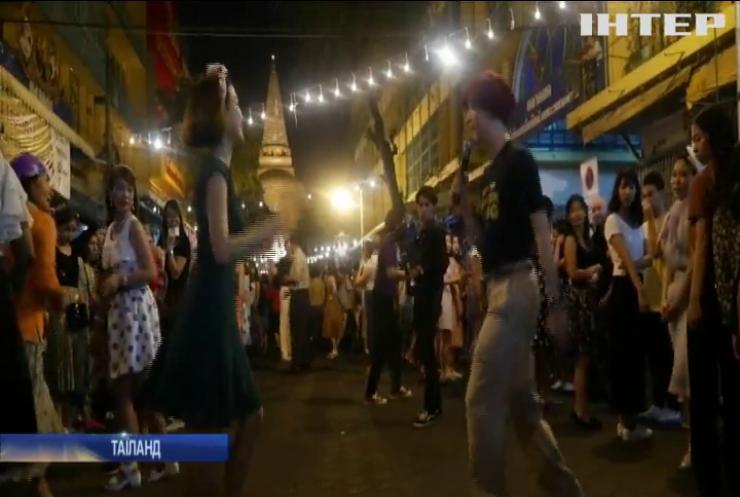 У Таїланді поблизу буддистських храмів провели вечір запальних танців (відео)