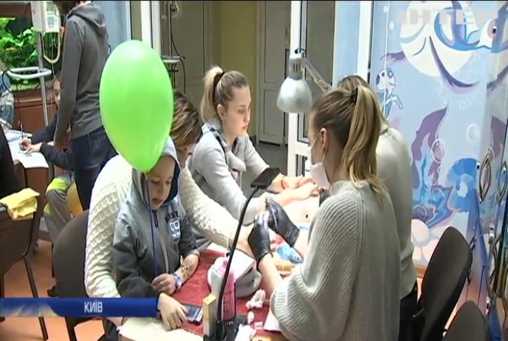 """Волонтери влаштували традиційний """"День краси"""" для онкохворих дітей"""