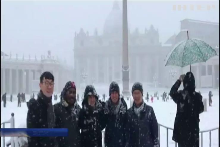 Несподіваний сніг у Ватикані змусив священиків згадати дитинство (відео)