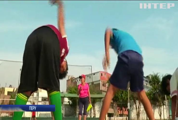 У Перу бабуся-тренер навчає юнаків футболу