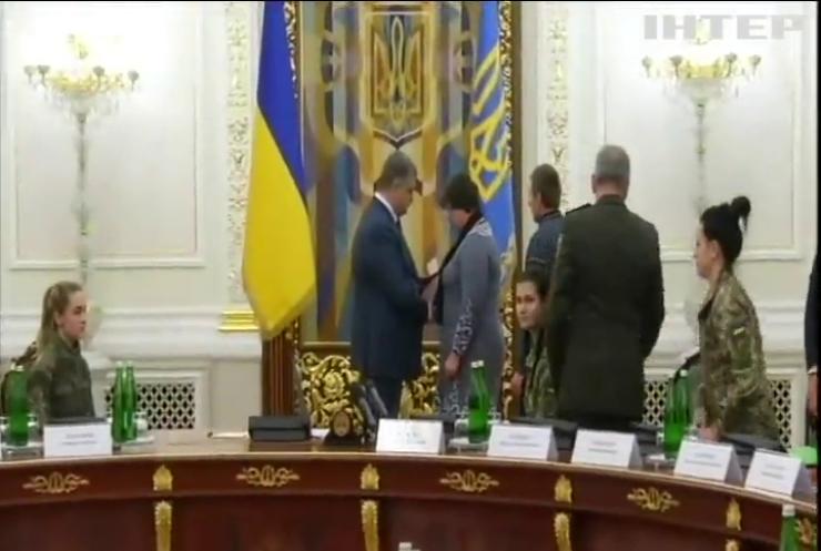 Петр Порошенко поблагодарил женщин-военнослужащих за защиту Украины