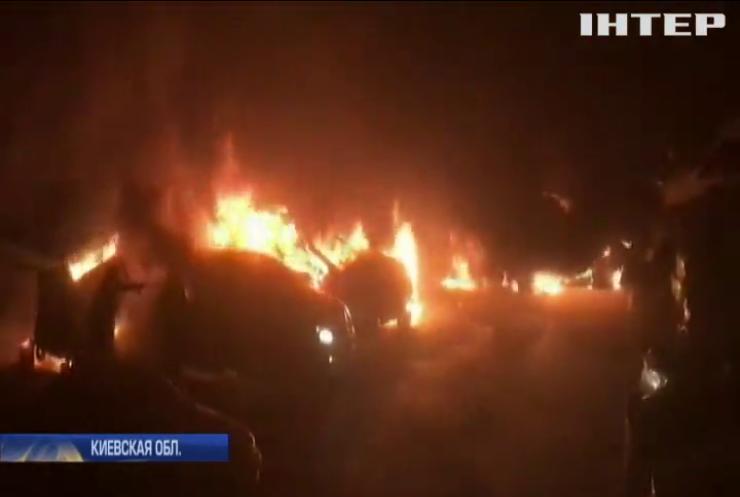 Масштабный пожар в Киеве: огонь уничтожил пять автомобилей