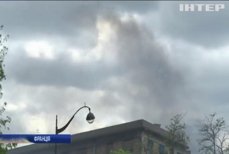 У Парижі радикали трощили крамниці та палили авто (відео)