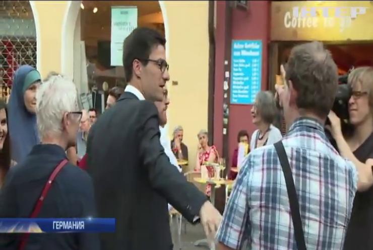 В Германии победившему на выборах мэру сломали нос и выбили зуб