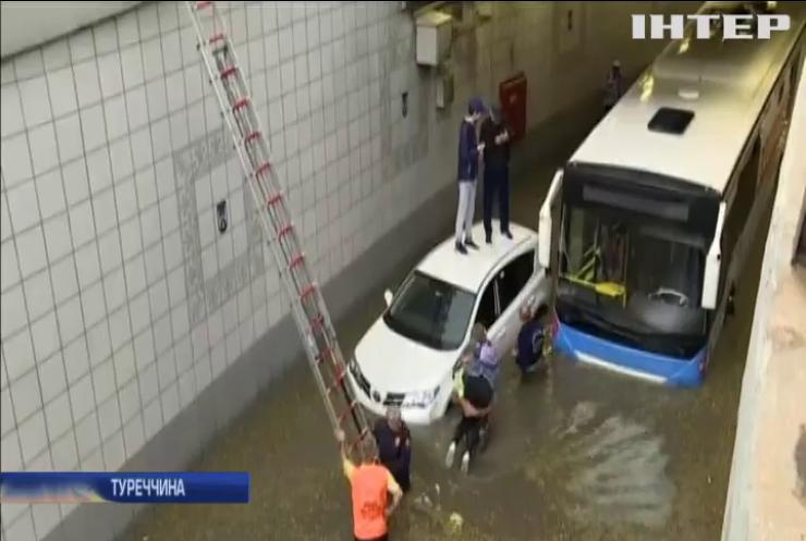 Повінь у Туреччині: громадський транспорт затопило водою (відео)