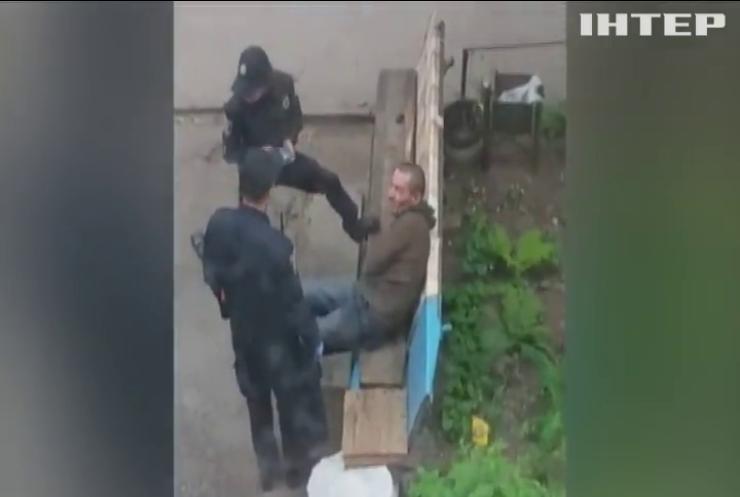У Сумах звільнили двох поліцейських, які знущались над людиною