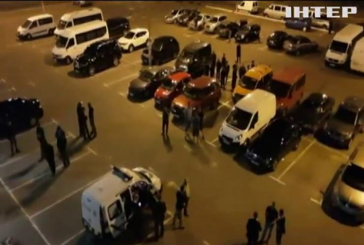 """В Киеве неизвестные в балаклавах пытались захватить торговый центр """"Магеллан"""""""