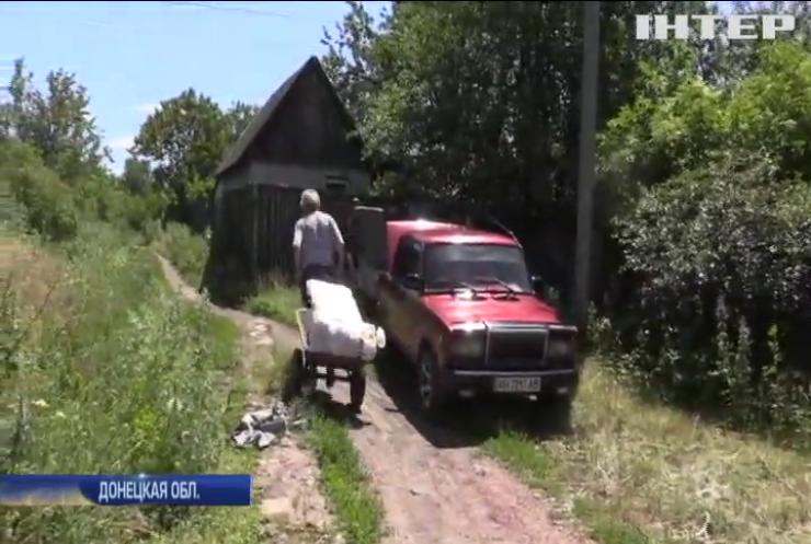 Война на Донбассе: жители освобожденного Пивденного покидают зону боевых действий