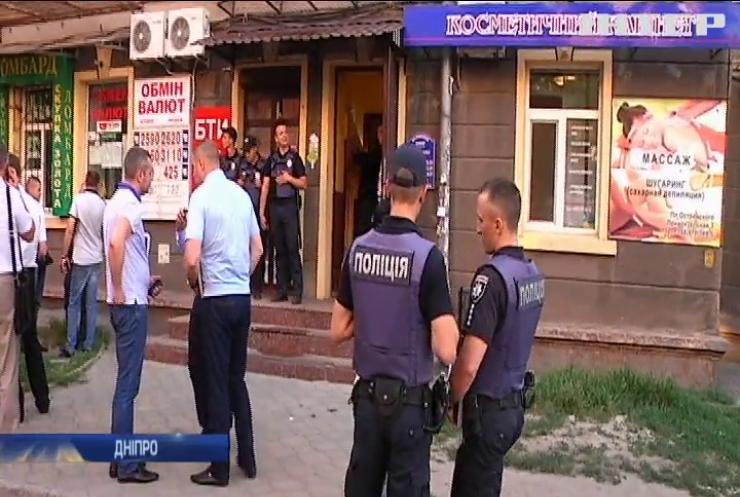 Один проти озброєних злочинців: у Дніпрі намагалися пограбувати обмінник
