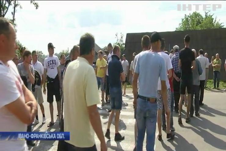 На Прикарпатті селяни вимагають негайного ремонту доріг (відео)
