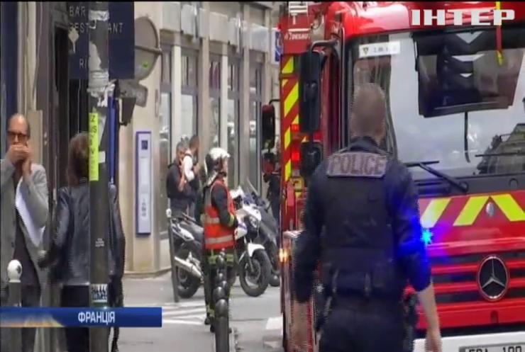 Облив бензином та утримував: озброєний чоловік захопив заручників
