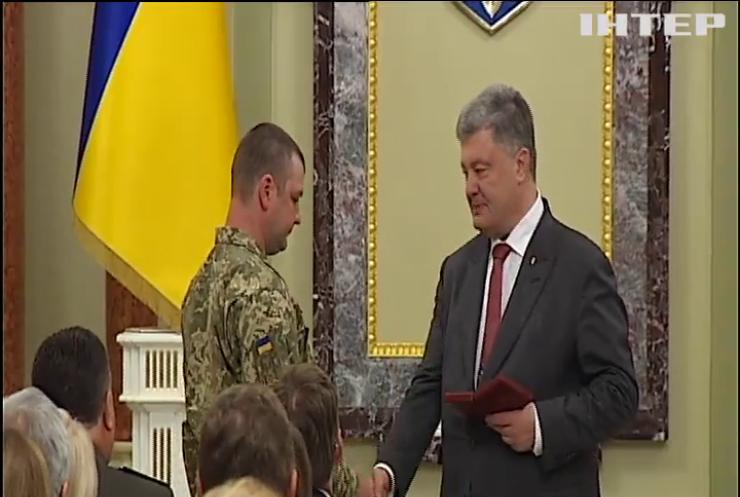 За заслуги перед государством: Порошенко наградил военных медиков