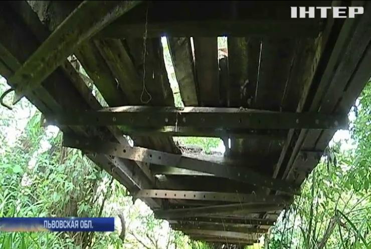 Во Львовской области чиновники отказываются ремонтировать аварийную переправу
