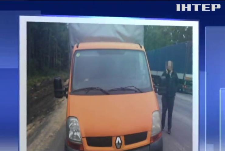 На Житомирщині затримали вантажівку з партією бурштину