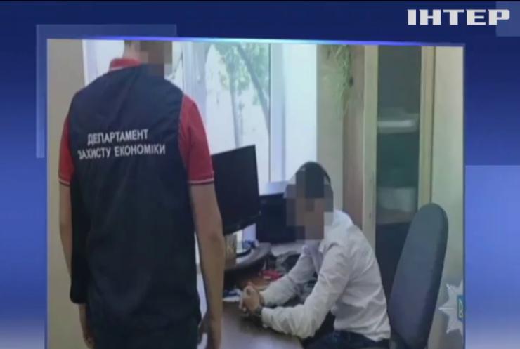 Руководитель центра админ-услуг требовал взятку с предпринимателя
