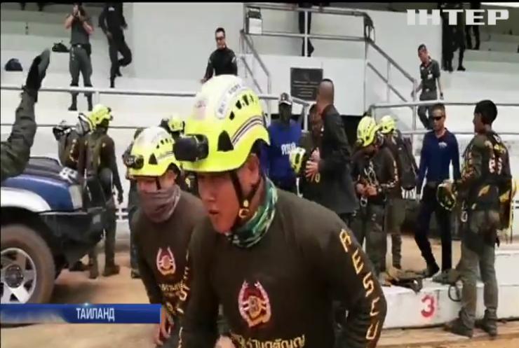 В Таиланде продолжается операция по спасению детей из пещеры