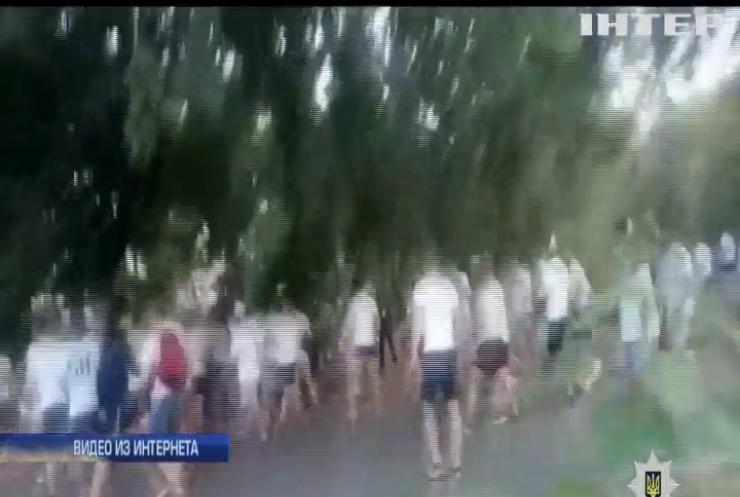 Стычки футбольных фанатов в Одессе: пострадали полицейские (видео)