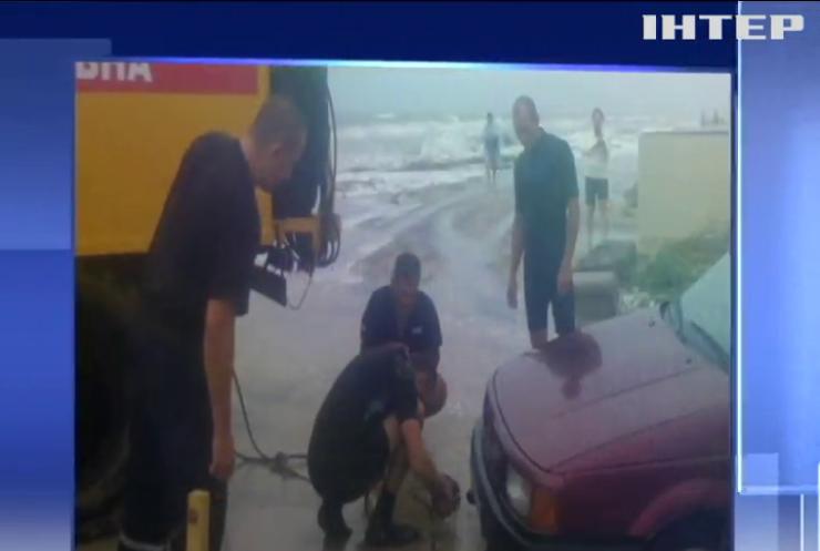 На Азовском побережье попали в ловушку десятки туристов (видео)