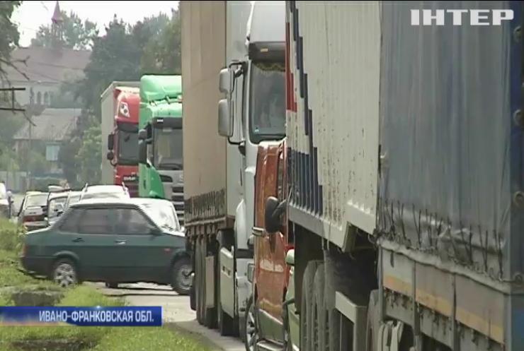 На Прикарпатье селяне требует начать ремонт дорог (видео)