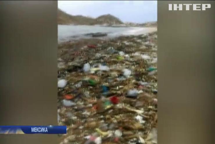 На мексиканський курорт винесло з океану тонни пластику (відео)