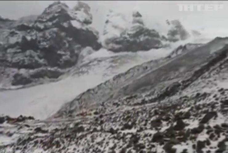 Капризы природы: горный курорт Грузии замело снегом (видео)