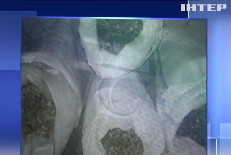 На Рівненщині поліцейські затримали автівку з 90 кг бурштину